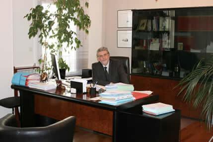 Emmanuel Pardo travaillant dans son cabinet